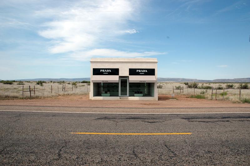 Prada en medio de la nada. Una tienda de lujo en el desierto
