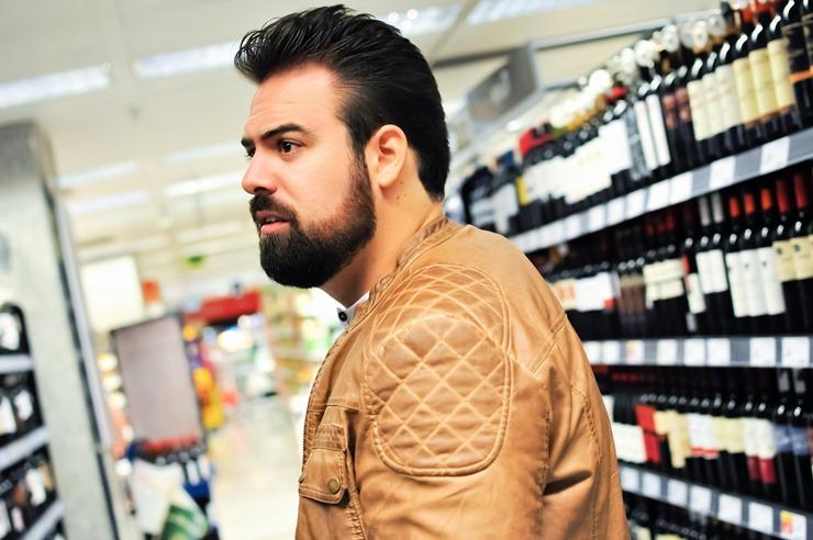 editorial moda personalidad gafas amarillas supermercado (12)