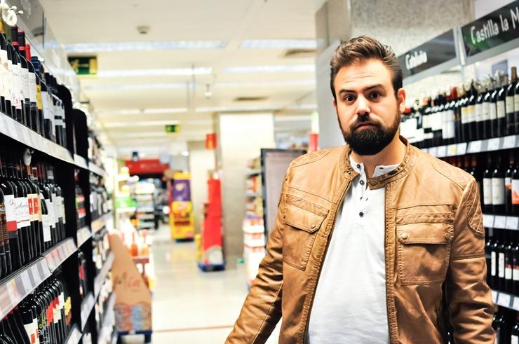 editorial moda personalidad gafas amarillas supermercado (17)