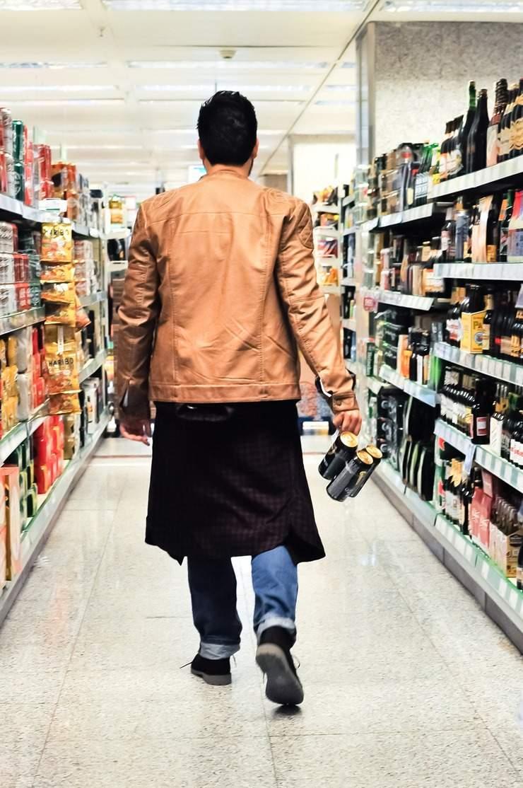editorial moda personalidad gafas amarillas supermercado (18)