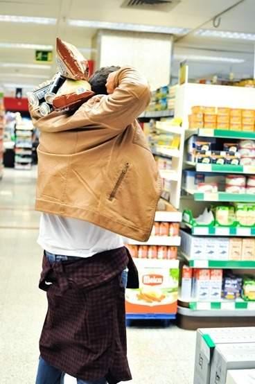 editorial moda personalidad gafas amarillas supermercado (20)