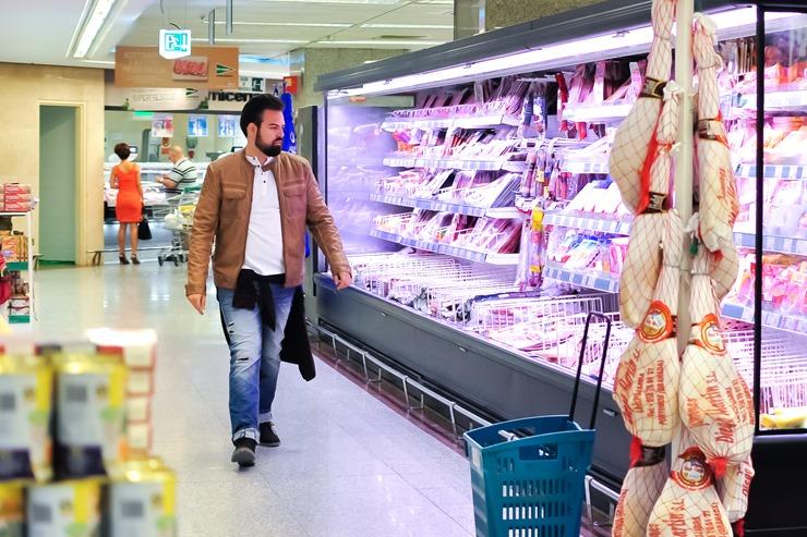editorial moda personalidad gafas amarillas supermercado (6)