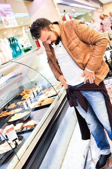 editorial moda personalidad gafas amarillas supermercado (9)