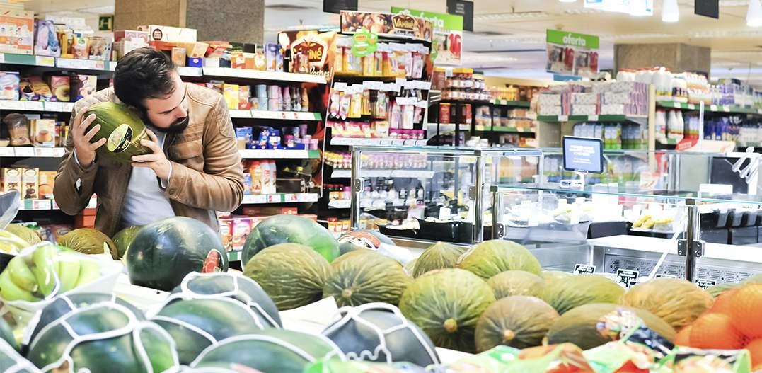 editorial moda personalidad gafas amarillas supermercado (cabecera)