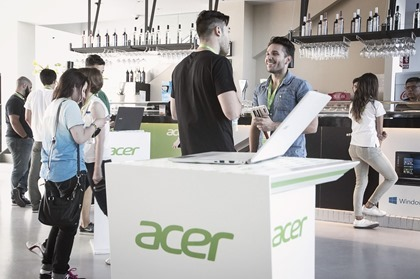 #FlyWithAcer